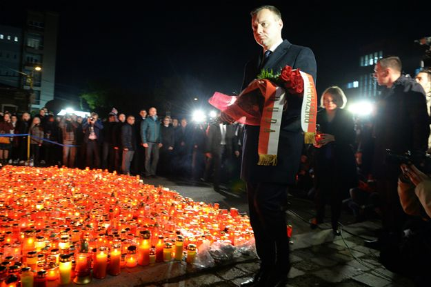 Prezydent Andrzej Duda przybył do Rumunii. Złożył kwiaty przed klubem, w którym zginęło 29 osób