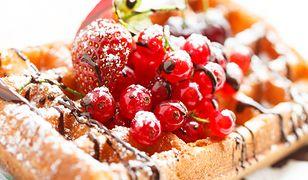 Gofry z owocami i cukrem pudrem