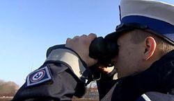 Policja wypatruje kierowców przez lornetki i wystawia wysokie mandaty za używanie telefonów