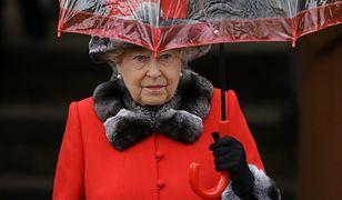 """Królowa Elżbieta dała się namówić na obejrzenie serialu """"The Crown"""". Nie jest zadowolona"""