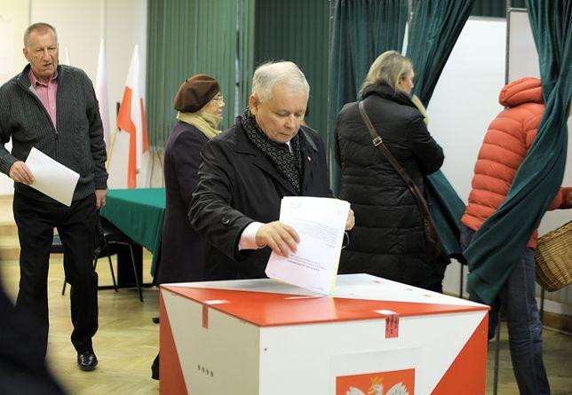 Wybory parlamentarne w 2015 roku. Jarosław Kaczyński oddaje głos.