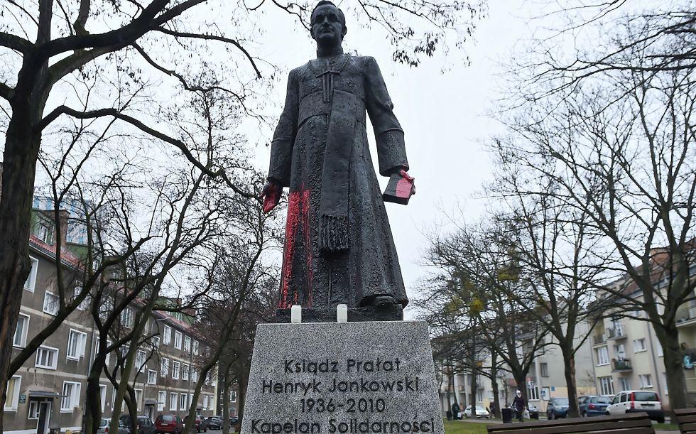 Gdańsk, 06.12.2018. Pomnik księdza prałata Henryka Jankowskiego oblany czerwoną farbą