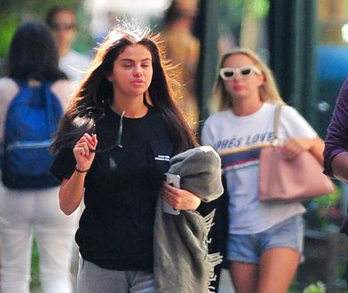 Nieumalowana Selena Gomez na spacerze