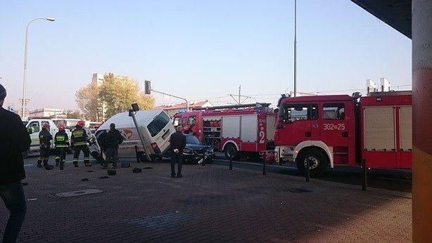"""Kolizja dwóch aut przy ulicy Hynka. """"Kierowca próbował zdążyć"""""""