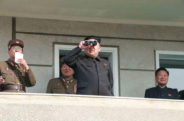 Lider Korei Północnej Kim Dzong Un w towarzystwie oficerów