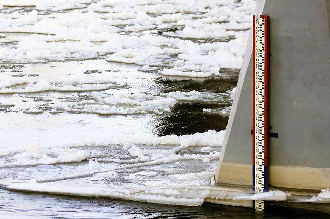Zator lodowy spowodował spiętrzenie wody na Narwi w rejonie Pułtuska