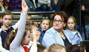 """Minister Zalewska zapowiadała ciepłe posiłki dla uczniów. """"Nie ma żadnego projektu w tej sprawie"""""""