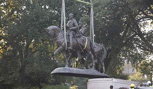 Usuwanie pomnika generała Konfederacji, Roberta E. Lee, z cokołu w parku w Dallas w Teksasie
