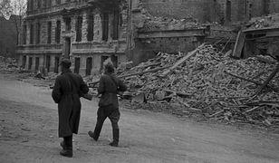 Żołnierze polscy patrolujący ulice Wrocławia, maj 1945 r.