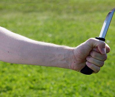 Nastolatek wystraszył się kolegów ubranych w kominiarki i zaatakował ich nożem.