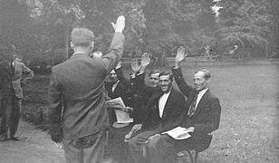 36 spośród bojówkarzy, którzy pod wodzą Adama Doboszyńskiego opanowali na kilka godzin Myślenice, stanęło przed Sądem Okręgowym w Krakowie. Na zdjęciu grupa oskarżonych na ławce w parku