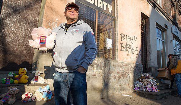 Jerzy Owsiak wraz z wolontariuszami zostawili trzy kartony zabandażowanych misiów na ulicy Zabrzańskiej w Bytomiu