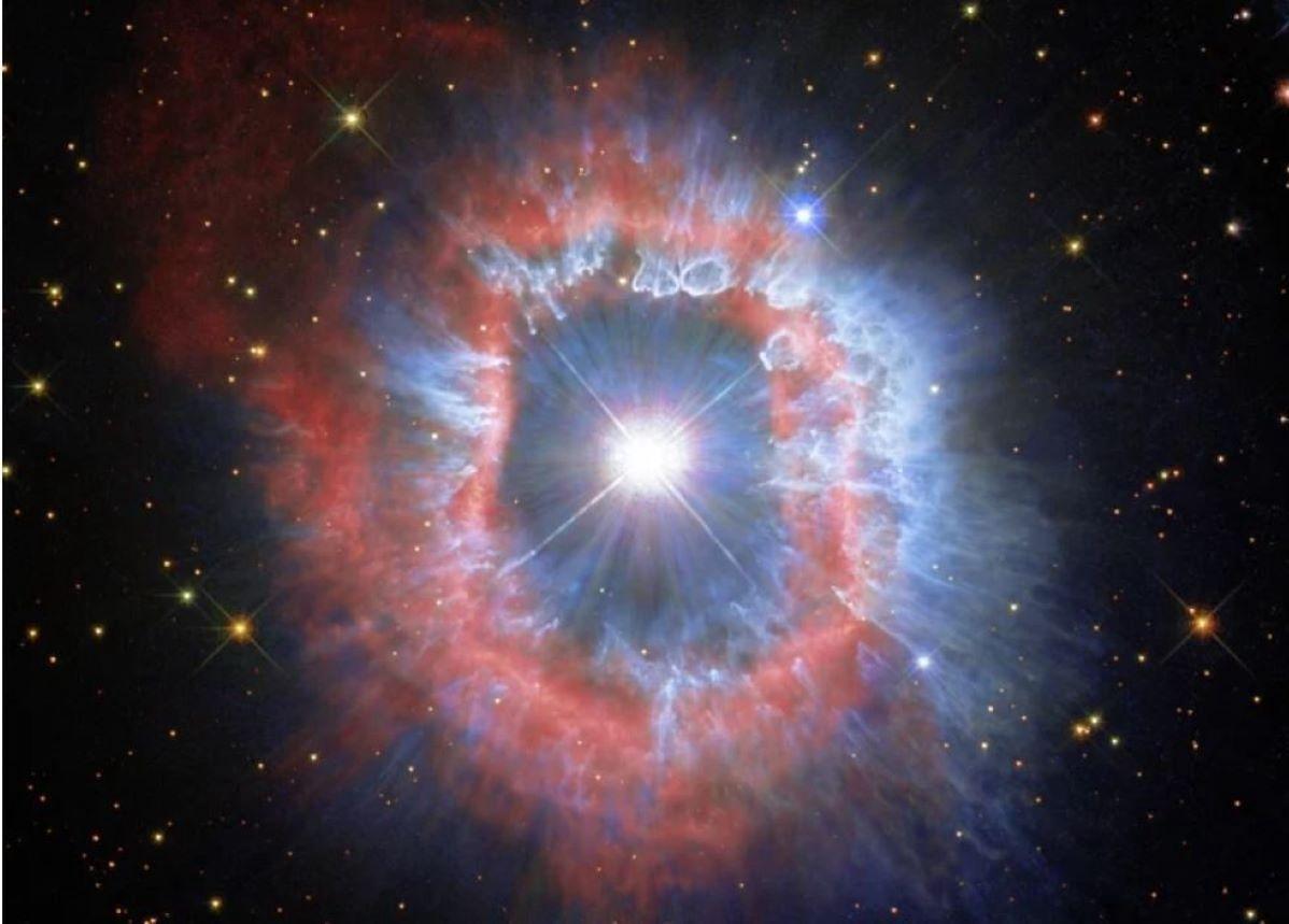 """""""Oko"""" eksplozji. Teleskop Hubble'a uchwycił umierającą gwiazdę"""