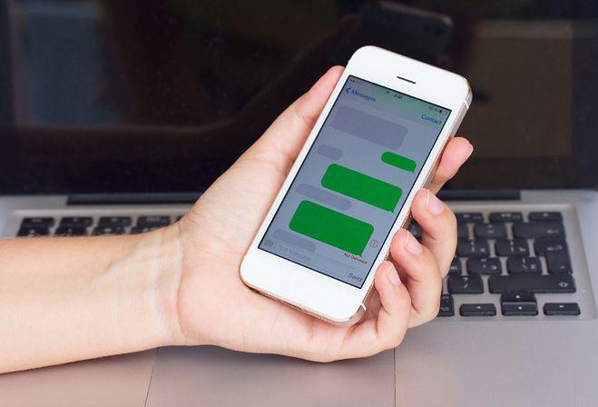 SMS-y czy Facebook Messenger?