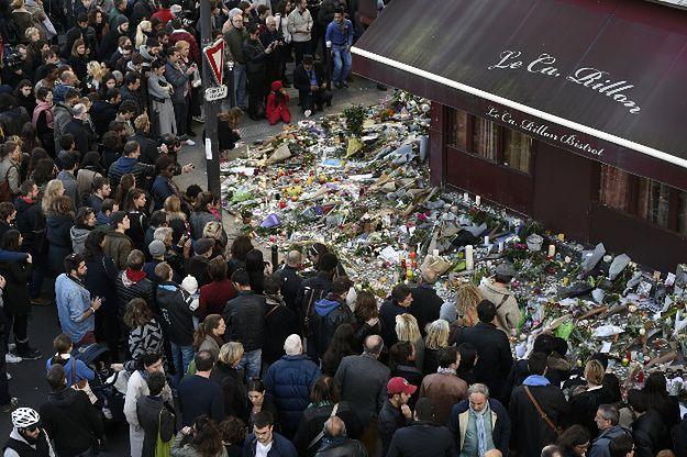 Paryżanie przed restauracją - jednym z miejsc ataku terrorystycznego, do którego przyznało się Państwo Islamskie