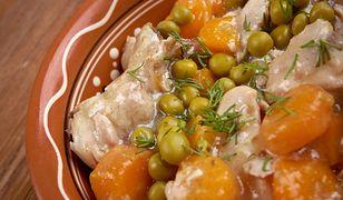 W okresie PRL-u potrawka z kurczaka była jednym z najpopularniejszych dań serwowanych w szkolnych stołówkach.