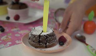 Czekoladowe ciastko z płynnym wnętrzem. Smakuje bajecznie