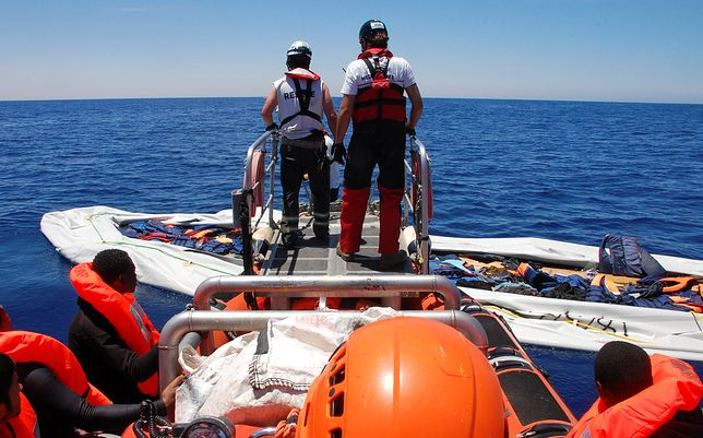 Służby przeszukują rejon, w którym zatonęła łódź.