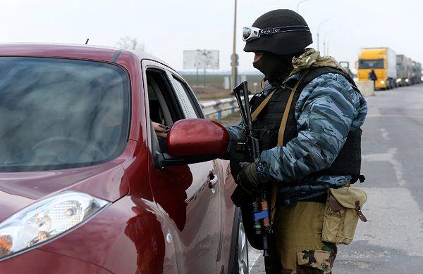 Punkt kontrolny stworzony przez siły prorosyjskie na drodze prowadzącej na półwysep