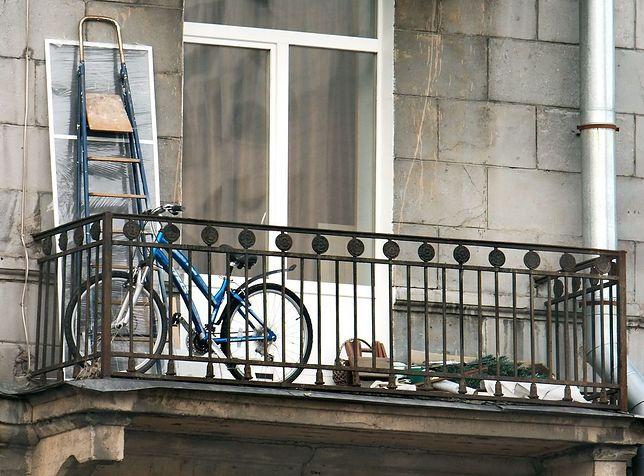 """Rower, worek cementu i 20l żwirku dla kota. Tak Polacy """"aranżują"""" swoje balkony"""