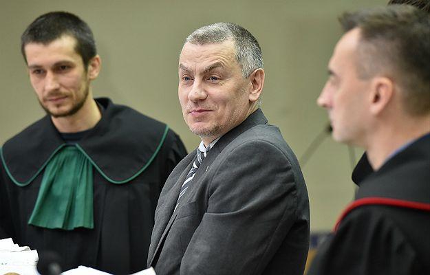 Brunon Kwiecień (w środku) z prawnikami