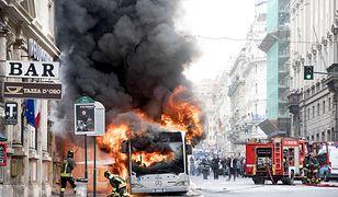 Rzym. Pożar autobusu w pobliżu Fontanny di Trevi