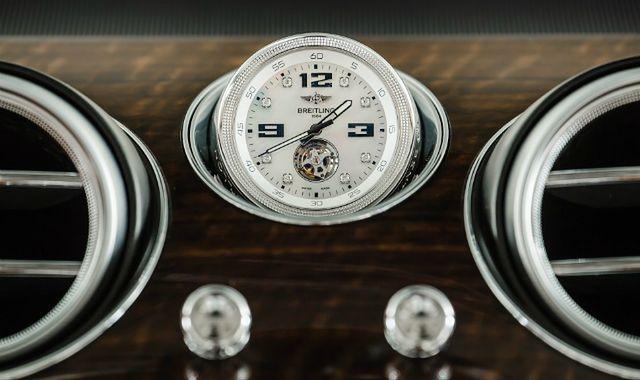 Zegarek wartości samochodu w kabinie Bentleya Bentayga
