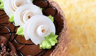 Czekolada może posłużyć jako wymyślny sposób dekoracji ciast