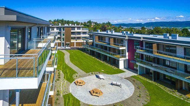 Trondheim (Norwegia), Zbiory SEDG. 4 budynki wielorodzinne w technologii modułowej. Inwestycja obejmowała wybudowanie 60 mieszkań, czterech klatek schodowych z szachtami windowymi, 72 komórki lokatorskie. Budynki są 3-4 kondygnacyjne.  Umowny zakres określony był jako wyprodukowanie, scalenie i wykończenie modułów na budowie, wykonanie komórek lokatorskich w piwnicy – okres realizacji zakresu umownego 8 miesięcy. Kubatura łączna: ok. 10 370 m3, powierzchnia całkowita: 4068,3 m2