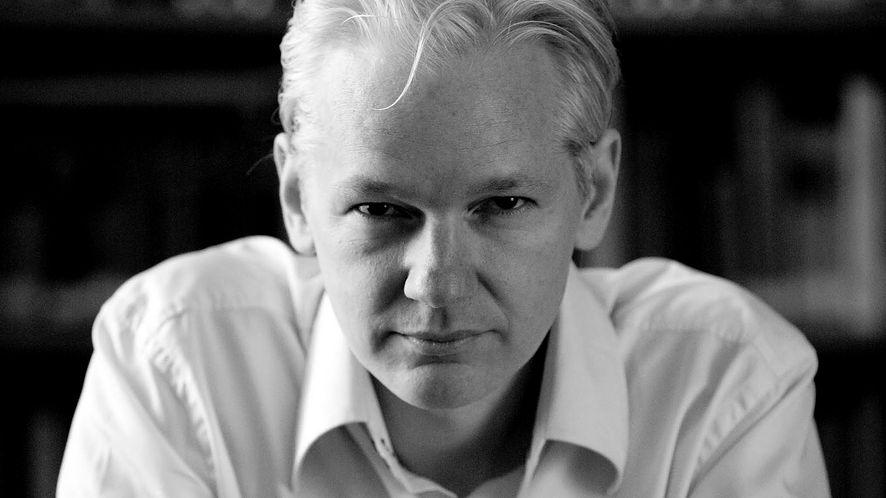 Co się stało z Julianem Assange? Wikileaks zapewnia, że żyje, ale czy można wierzyć im – i Pameli Anderson?