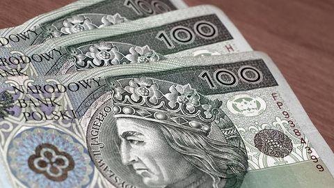Mężczyzna z Suwałk stracił prawie 1000 złotych. Był przekonany, że pożycza pieniądze siostrze