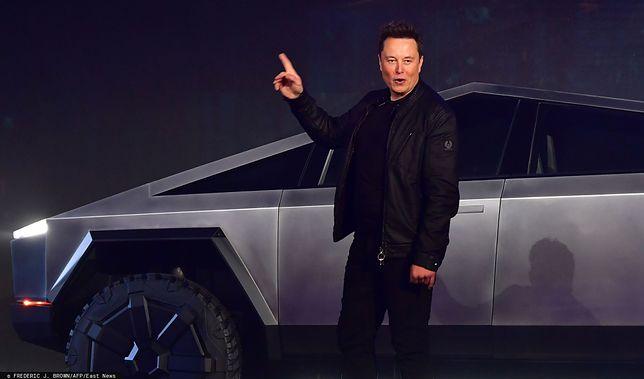 Elon Musk czasami jeździ Cybertruckiem.