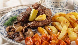 Wołowina zapiekana z warzywami na patelni, z zasmażanymi buraczkami i sosem koperkowym