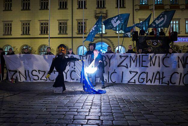 Palenie flagi i kukły na rynku we Wrocławiu