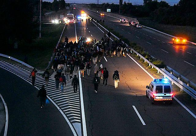 Przełamali kordon policyjny i przedostali się na autostradę