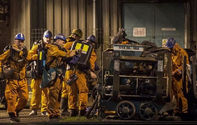 Górnicy schodzący pod ziemię w czeskiej kopalni Stonava