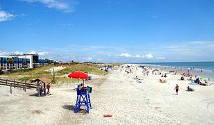 Koronawirus w USA. Turyści udają, że ćwiczą na plaży