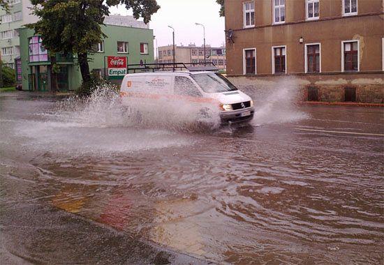 Olbrzymia kałuża wody na ulicy w Świdnicy