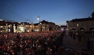 """Tłumy protestujących przed Pałacem Prezydenckim. Znów utworzyli """"łańcuch światła"""""""