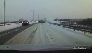Rosyjski potwór ratuje inne pojazdy. Na jego wielkie koła nie ma przeszkód