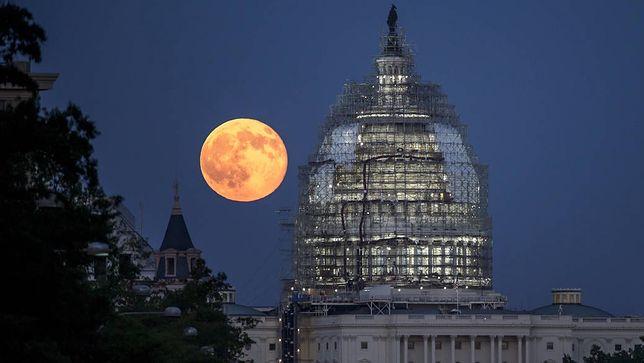 Pełnia Księżyca nad Waszyngtonem