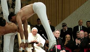 Akrobaci u papieża