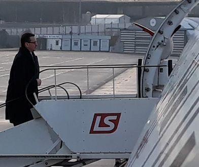 Premier Mateusz Morawiecki wsiada na pokład samolotu