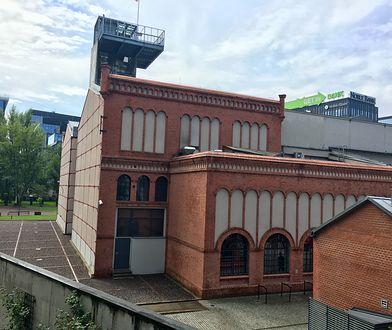 Muzeum Powstania Warszawskiego widziane z kładki nad Murem Pamięci od strony ul. Towarowej
