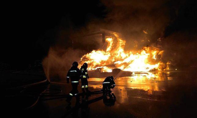 Pożar sortowni śmieci w Warszawie. Strażacy walczą z ogniem