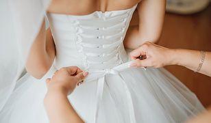 Suknia ślubna z wiązanym gorsetem to marzenie wielu panien młodych