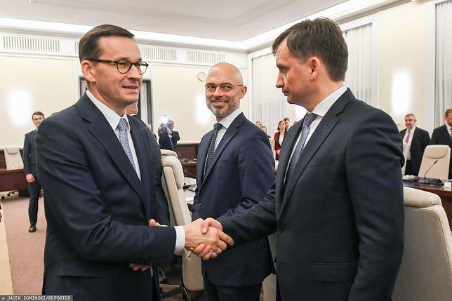 Premier Mateusz Morawiecki oraz Zbigniew Ziobro (w tle Michał Kurtyka)
