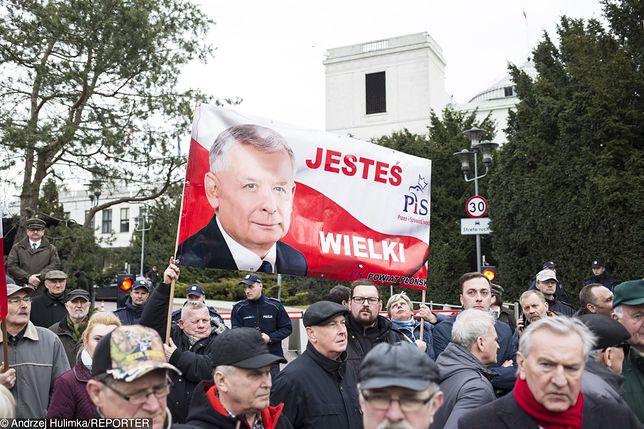 Czytelnicy Gazety Polskiej ze zdjęciem swojego bohatera