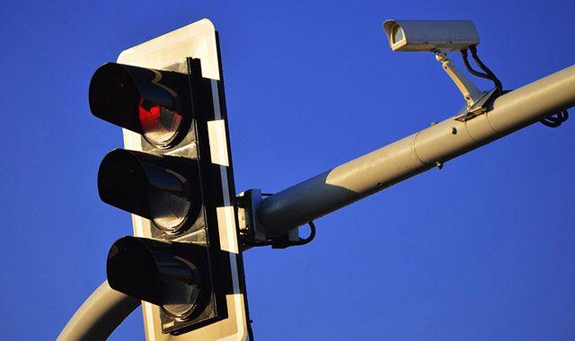 Kamery rejestrujące przejazd na czerwonym powodują wypadki