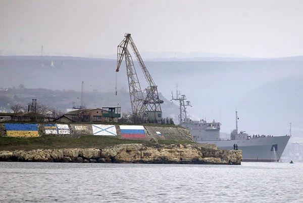 Ukraiński okręt w porcie w Sewastopolu